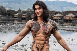 Nam người mẫu xăm trổ được ví như Aquaman