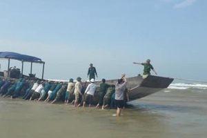 Phát hiện tàu không số trôi dạt vào bờ biển Quảng Trị
