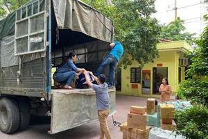 Báo Quân đội nhân dân chuyển hàng hóa cứu trợ tới đồng bào vùng lũ