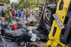 Xe tải trôi dốc tông vào hàng loạt xe máy