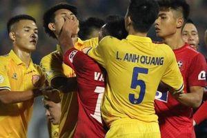 Trung vệ Nguyễn Văn Hạnh bị đề nghị kỷ luật vì đánh đối thủ, 'nổi nóng' với trọng tài