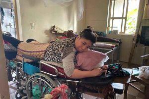 Cô giáo liệt nửa người mong chiếc giường y tế sau bão lũ
