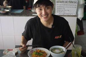 Chàng trai Hàn Quốc trào dâng kỉ niệm sinh viên khi ăn mì trộn Việt Nam