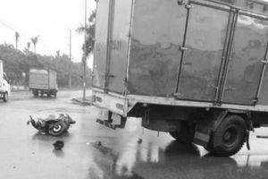 Va chạm với ô tô tải, thiếu nữ đi xe máy tử vong tại chỗ