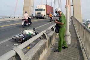 Nam thanh niên đi xe máy nghi bị chém bất tỉnh trên cầu