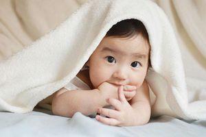 Trẻ sơ sinh thích mút ngón tay, không phải vì đói đâu mà còn vì 3 lý do khác nữa