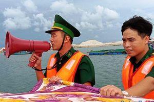 Ngư dân Lý Sơn hối hả cho tàu vào neo đậu tránh trú bão số 9