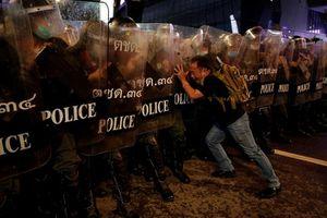 Đằng sau bức ảnh người đàn ông đối mặt dàn cảnh sát Thái Lan