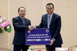 VFF trao tặng Bộ Y tế 10.000 bộ kit phát hiện nCoV