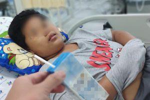 Bé trai bị ngạt nước phù phổi vì ngã xuống bể bơi