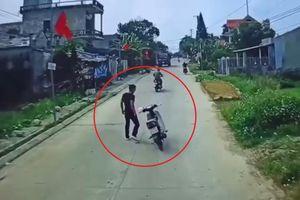 Nam thanh niên đầu trần, đánh võng trước mũi ô tô rồi có hành động bất ngờ khiến cư dân mạng ngán ngẩm