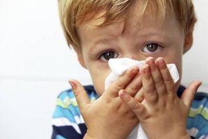 Chuyên gia mách bí quyết chăm sóc trẻ bị viêm đường hô hấp trên