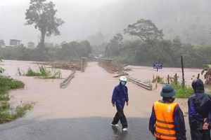 Cầu bị cuốn trôi, hàng nghìn người dân bị cô lập ở Kon Tum