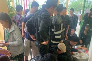 Cảnh sát nấu cơm phục vụ miễn phí dân sơ tán và tài xế mắc kẹt do bão số 9