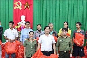 Chung tay sẻ chia với đồng bào miền Trung