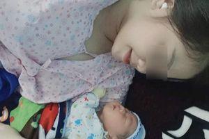 Cô gái trẻ ở Quảng Bình bị ung thư vẫn quyết giữ thai, sinh con đúng đợt bão lũ