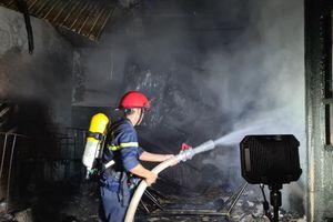 Cháy nhà khiến 2 người bỏng nặng