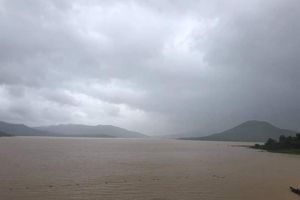 Miền Trung, Tây Nguyên quay cuồng trong cơn bão kỳ dị nhất 20 năm qua
