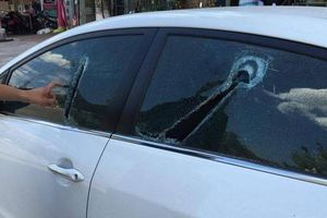 Vác dao ra đường chém vỡ hàng loạt ô tô