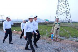 EVNNPT kiểm tra công tác khắc phục hậu quả mưa lũ và trao quà hỗ trợ nhân dân tỉnh Hà Tĩnh