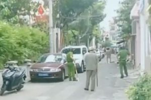 Khống chế người đàn ông bị tâm thần cầm dao chặt chém ô tô ở Sài Gòn
