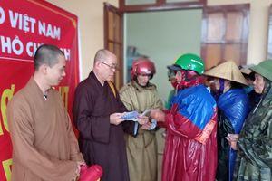 Chùa Hải Quang, Pháp Vân trao quà tại miền Trung