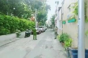 TP.HCM: Người đàn ông có biểu hiện bất thường cầm dao chém ô tô trên đường