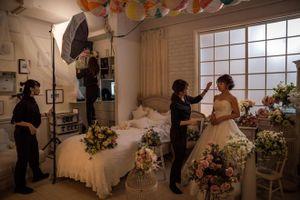 Phụ nữ độc thân Trung Quốc chụp ảnh cưới một mình