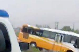 Xe khách 29 chỗ tông dải phân cách khiến 4 người thương vong