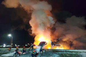Lại xảy ra tai nạn tại cầu vượt Dầu Giây, xe chở gỗ bốc cháy