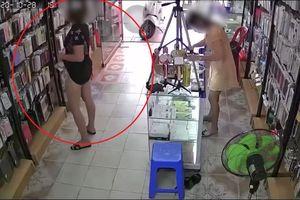 Clip: Người phụ nữ ăn diện sang trọng bất ngờ kéo váy lên để giấu trộm ốp lưng khiến dân mạng ngỡ ngàng