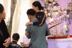 Bế người mẹ già lên sân khấu chứng kiến lễ cưới, chú rể nức nở khóc khiến tất cả lặng người xúc động