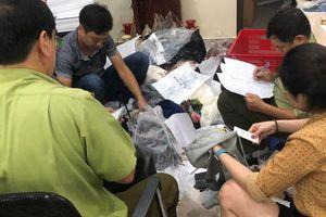Bắt quả tang cơ sở ở Hà Nội đang 'hô biến' hàng Trung Quốc thành hàng hiệu