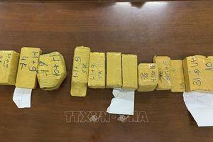 Bắt quả tang vụ vận chuyển 51 kg kim loại nghi là vàng qua biên giới trái phép