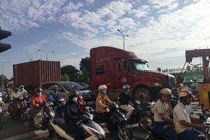 Chui gầm xe tải để sửa, người đàn ông bị xe container tông chết