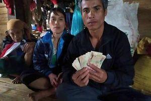 Phát hiện tiền trong quần áo cũ, gia đình nghèo tìm cách trả lại
