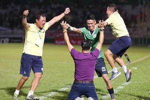 HLV Nguyễn Đức Thắng ăn mừng Bình Định thăng hạng V-League