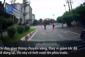 Người phụ nữ đi xe máy không đội mũ bảo hiểm, vượt đèn đỏ bị 'xế hộp' đâm trực diện