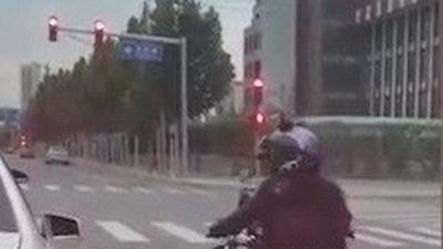 Ôtô xả rác, bị nữ biker ném lại vào xe