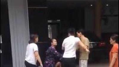 Xôn xao clip thanh niên ngoại tình bị mẹ và vợ bắt quả tang