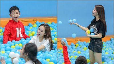 Ngọc Ánh, Lưu Hiền Trinh biểu diễn 'bất chấp địa hình' thị phạm cho dàn thí sinh The Voice Kids 2018
