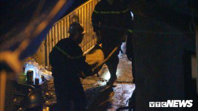 Đưa thi thể nạn nhân vụ cháy ở Đê La Thành ra ngoài