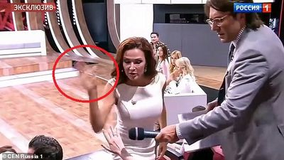 Clip: Bị công kích vì sinh con Down, nữ diễn viên tát khán giả trên sóng truyền hình