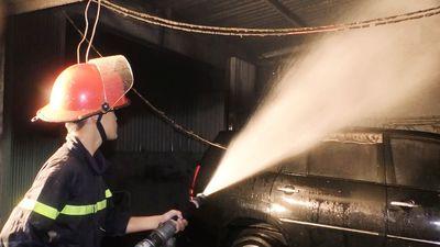 Bên trong gara ôtô bị lửa thiêu rụi