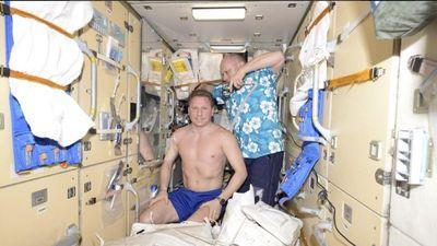 Phi hành gia Nga 'đếm tóc bạc' sau khi tàu không gian bị giảm áp suất