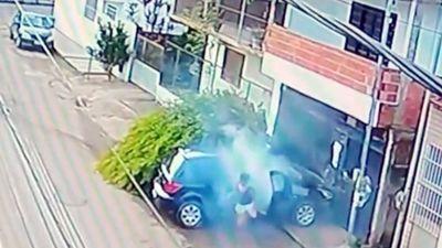 'Thót tim': Cô bé trộm xe của bố tông người đàn ông đâm 'túi bụi'