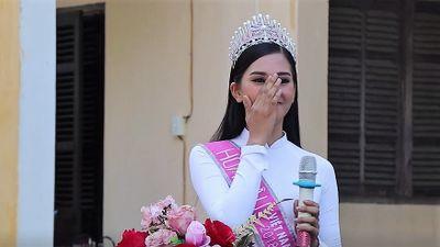 Hoa hậu Tiểu Vy xúc động phát biểu trong lễ chào cờ ở trường cũ