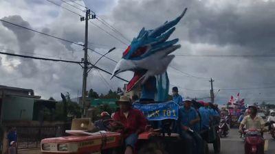 Hài hước đoàn rồng Trung Thu 'lai giống' với chim, gấu trúc ở Đắk Lắk