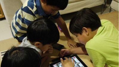 Trẻ bị co cơ mặt, giật ở mắt, nặng hơn là trầm cảm vì nghiện smartphone
