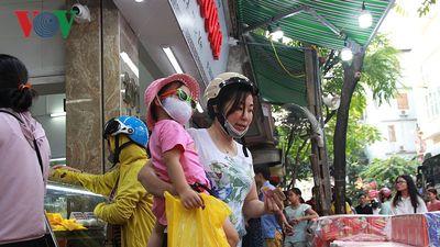 Dân Thủ đô bế con nhỏ, xếp hàng dài mua bánh Trung thu